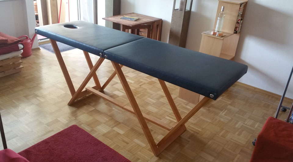 Verkaufe robuste Massageliege, vom Tischlermeister gefertigt.